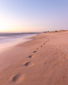 Footprints in the sand during daytime, by Timothy Klinger